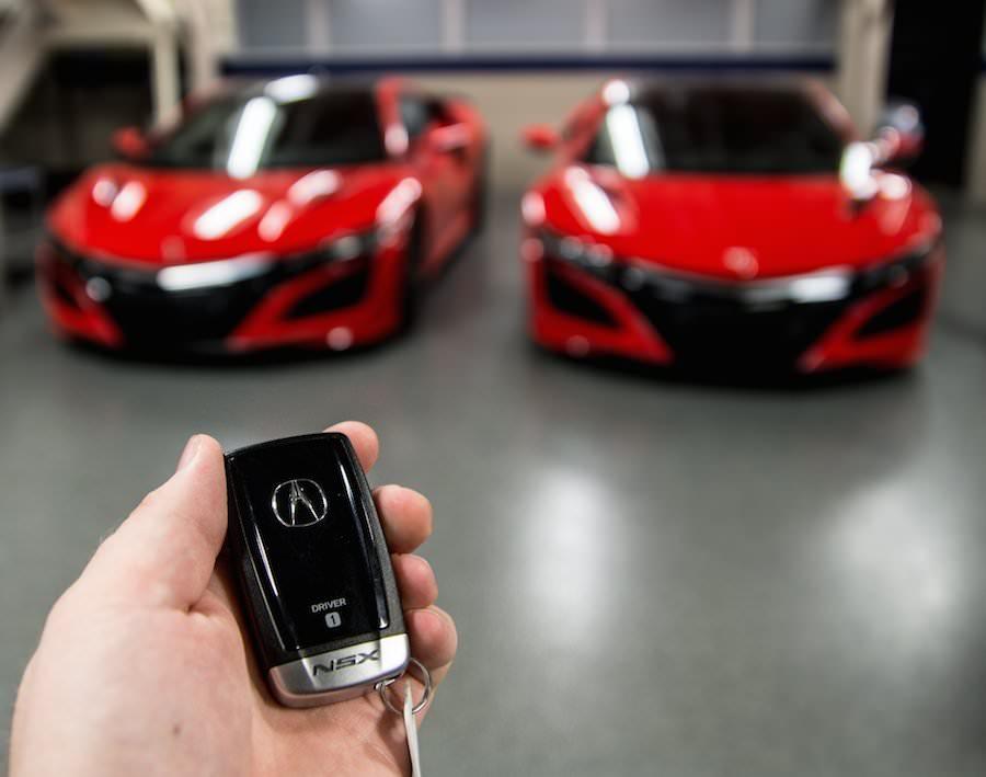 新型「NSX」の市販バージョンが2台揃って米国のディーラーへ到着! Idea Web Tools   自動車と ...