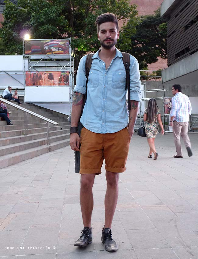 denim-shirt-shorts-summer-clothes-men-fashion-street-style-ankle-boots-moda-calle-medellín-colombiamoda-como-una-aparición