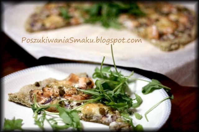 Pizza owsiana na śmietanowym sosie z łososiem, groszkiem i mozarellą
