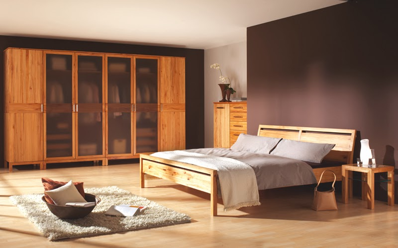 con diferentes tonos de marrón para las paredes, muebles y accesorios