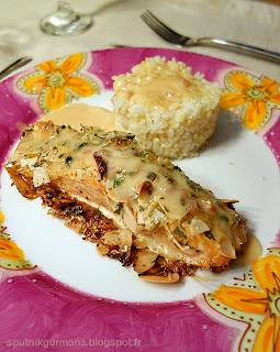 Филе лосося, запечённое с сыром и миндалём