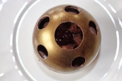 cerises, chocolat noir, desserts individuels, forêt noire, forêt noire destructurée, recette de Noël, sphère en chocolat,