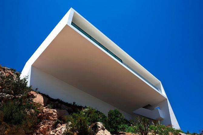 la casa sobre la roca flotando sobre el mediterrneo