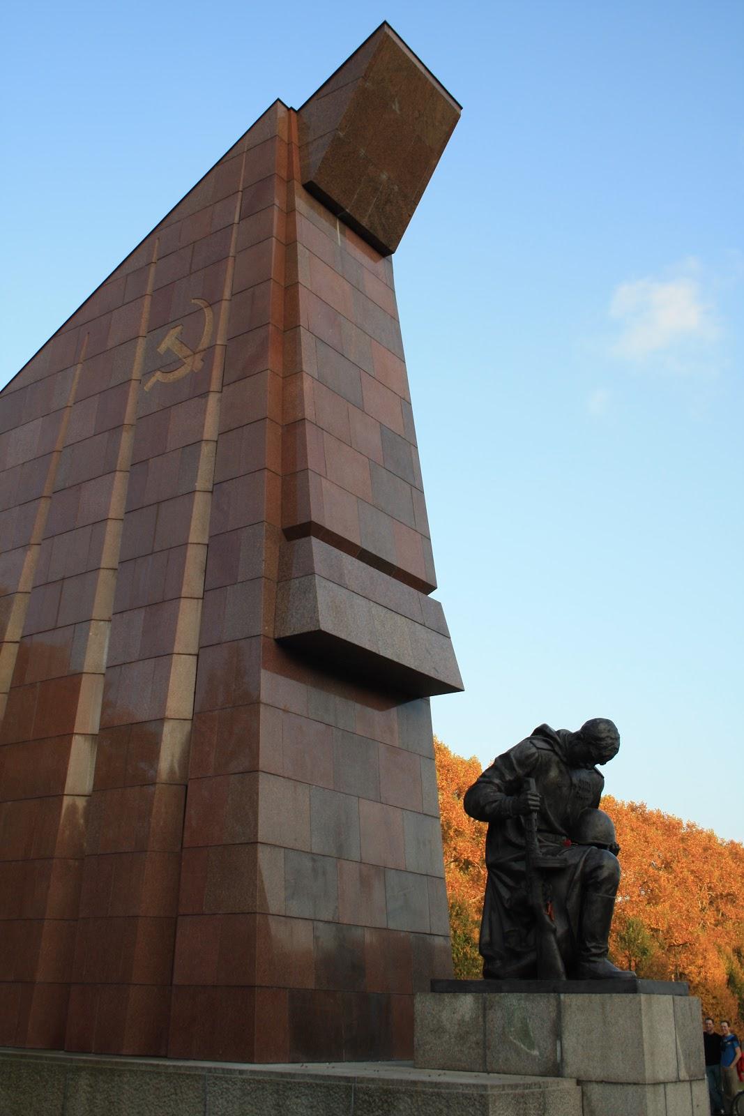 Soldat gardant les tombes des Russes - Treptower Park Berlin