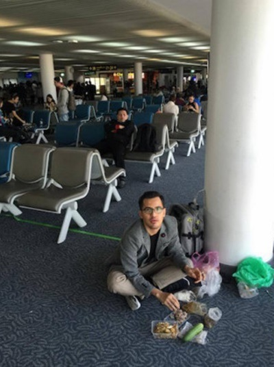 Gambar makan di lantai Airport ini menpadat kecaman sesetengah netizen