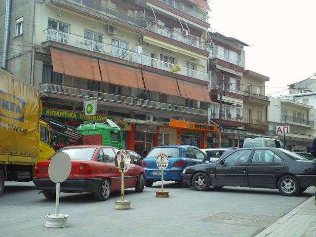 Διπλοπαρκαρισμένα μπροστά από ξενοδοχεία