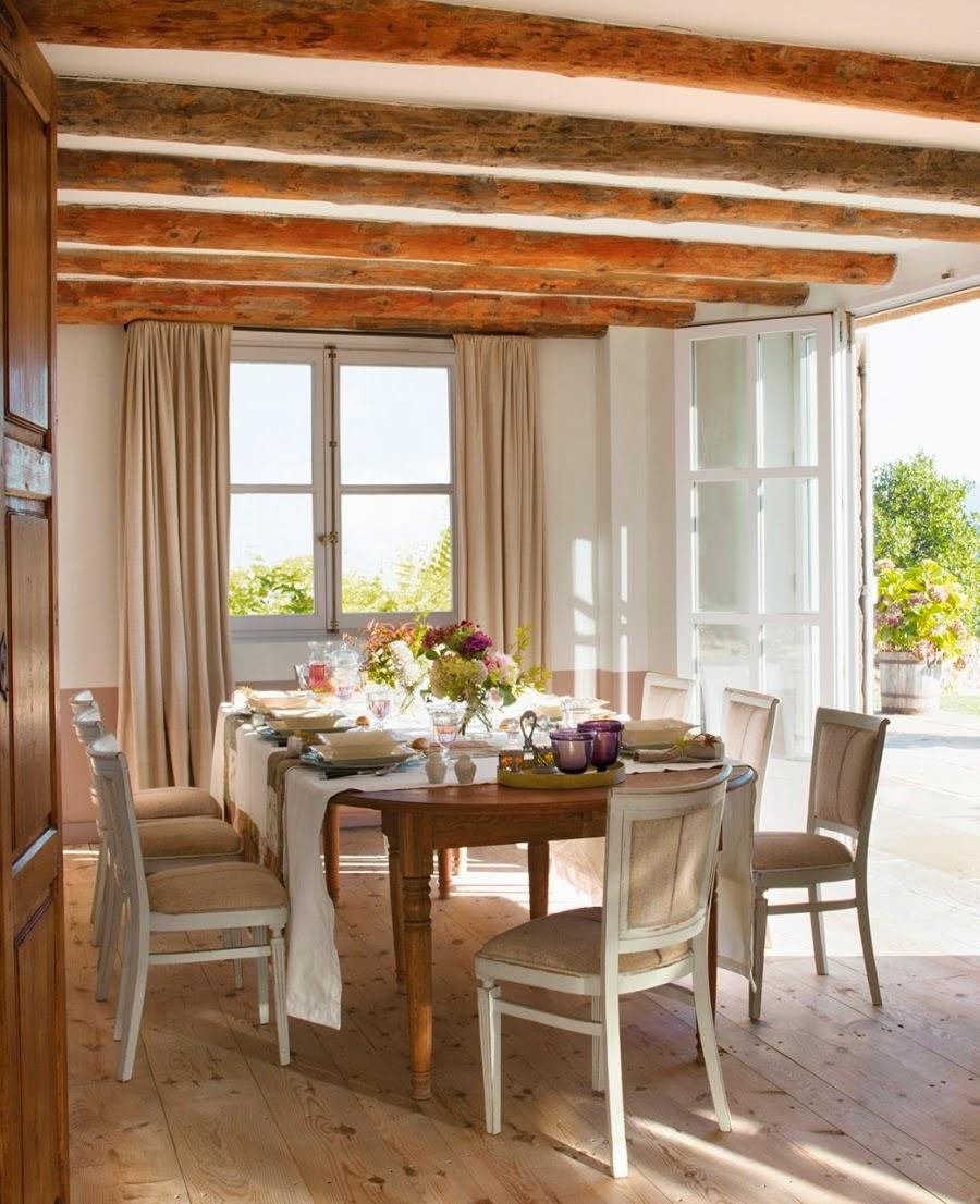 wystrój wnętrz, home decor, wnętrza, aranżacje, dekoracje, meble, dom, mieszkanie, styl rustykalny, styl francuski, szarości, stonowane kolory, jadalnia, nakrycie stołu, stół, krzesła, belki