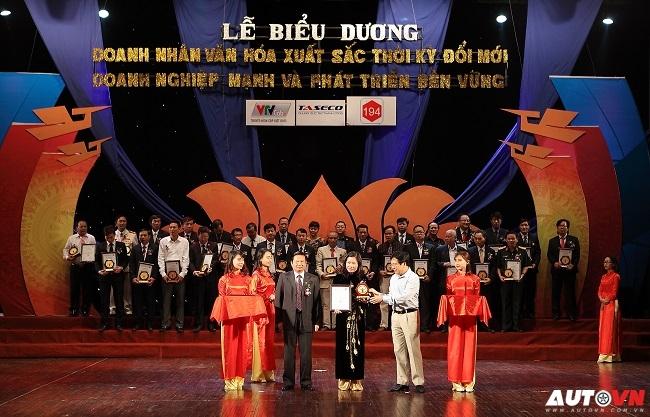 """Toyota Việt Nam nhận chứng nhận """"Doanh nghiệp mạnh và phát triển bền vững"""""""