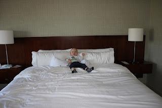 Christkind in riesigem Hotelbett