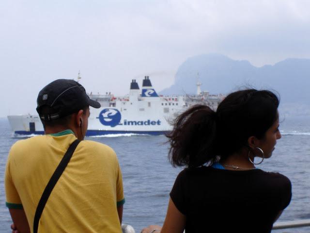 Pasażreowie na promie Algeciras - Tanger | Gibraltar za chmurami