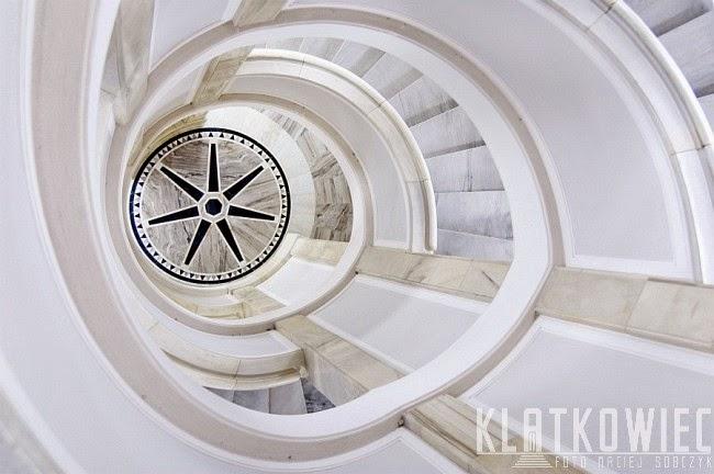 Warszawa Śródmieście. Klatka z kręconymi schodami w budynku senatu.