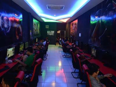 TETAP RAMAI : Suasana di VIP Cyber di Jalan H. Abbas. Meski mengalami penurunan pelanggan karena maraknya game di smartphone, namun tak sedikit konsumen yang masih memilih mengunjungi game center untuk memuaskan hasrat bermainnya.  MEIDY KHADAFI/PONTIANAK POST