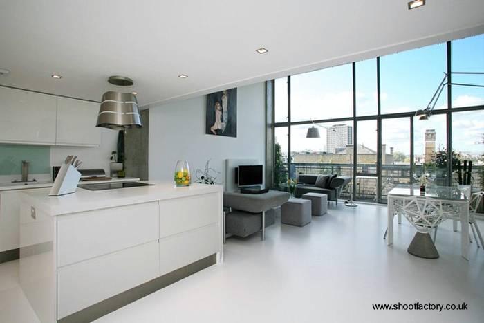 Arquitectura de Casas: Cocina minimalista en un extenso y luminoso loft.