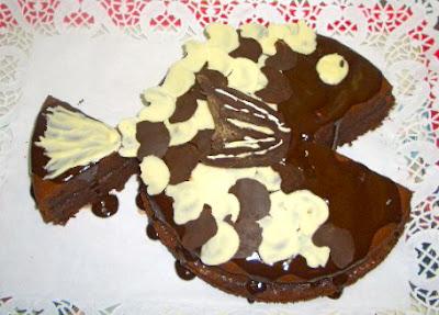 Tarta de xocolata i codony decorada en forma de peix