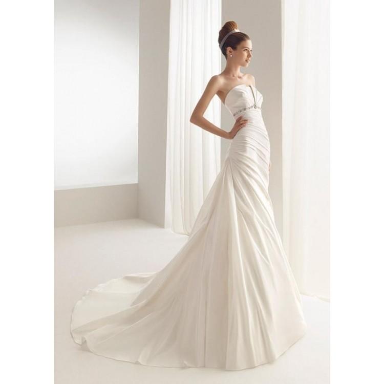 Kate middlleton royal amazing wedding dresses for Cute white dresses for wedding