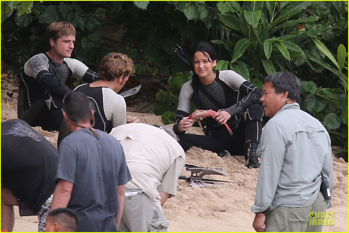 http://2.bp.blogspot.com/-SVXG-wZlPBA/ULmEBpoKCYI/AAAAAAAAAhs/vr4iDdDNBvU/s1600/jennifer-lawrence-fish-eating-on-hunger-games-set-20.jpg