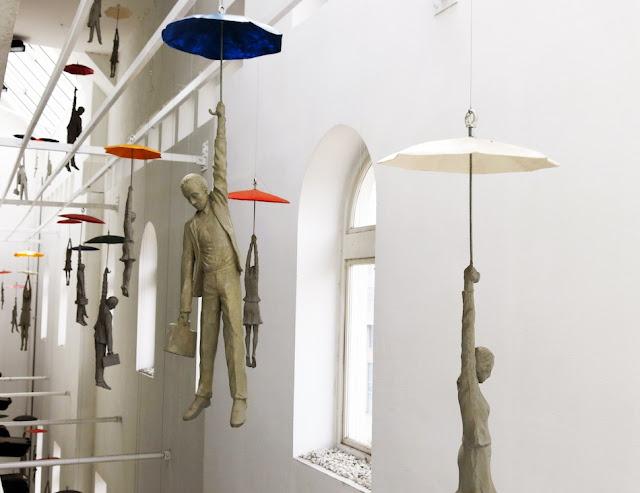 Artista faz esculturas voarem com garda-chuvas em criativas instalações