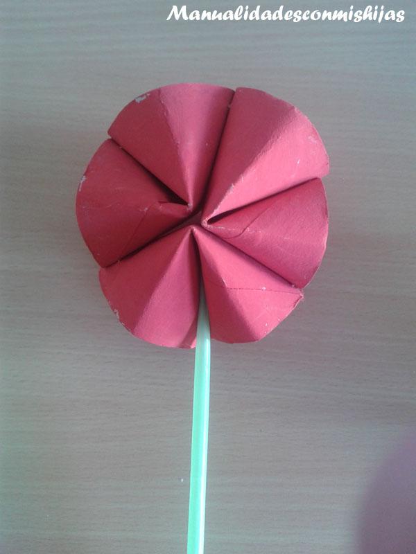 Flores con tubos de cartón y pajita para tallo