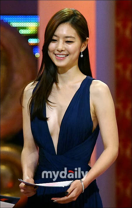Hong Soo Ah (홍수아) at the 2010 Golden Globe Awards
