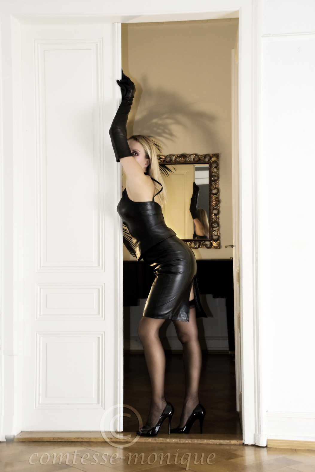 Comtesse Monique http://www.leatherleatherleather.com/2012/02/comtesse-monique-leather-2-hq.html
