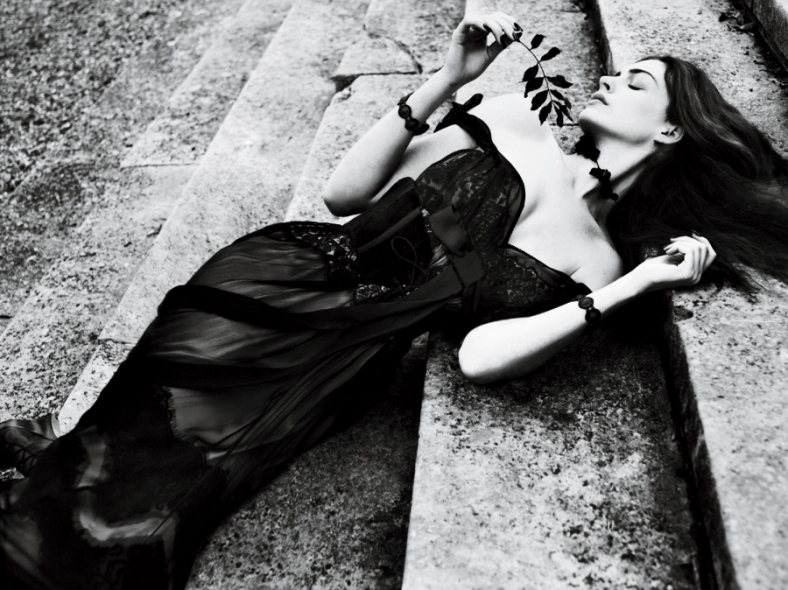 Anne Hathaway @ 'Interview' Magazine Cover !