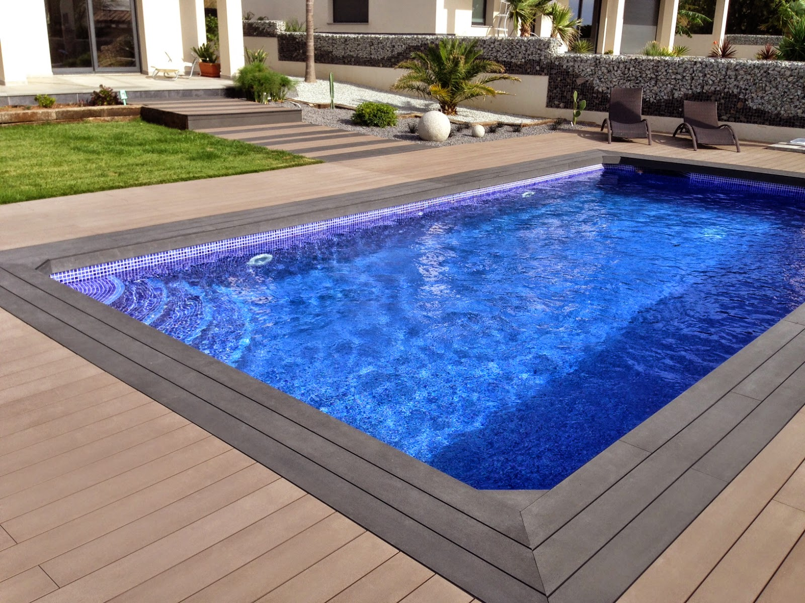 tarima exterior sintética alrededor de piscina