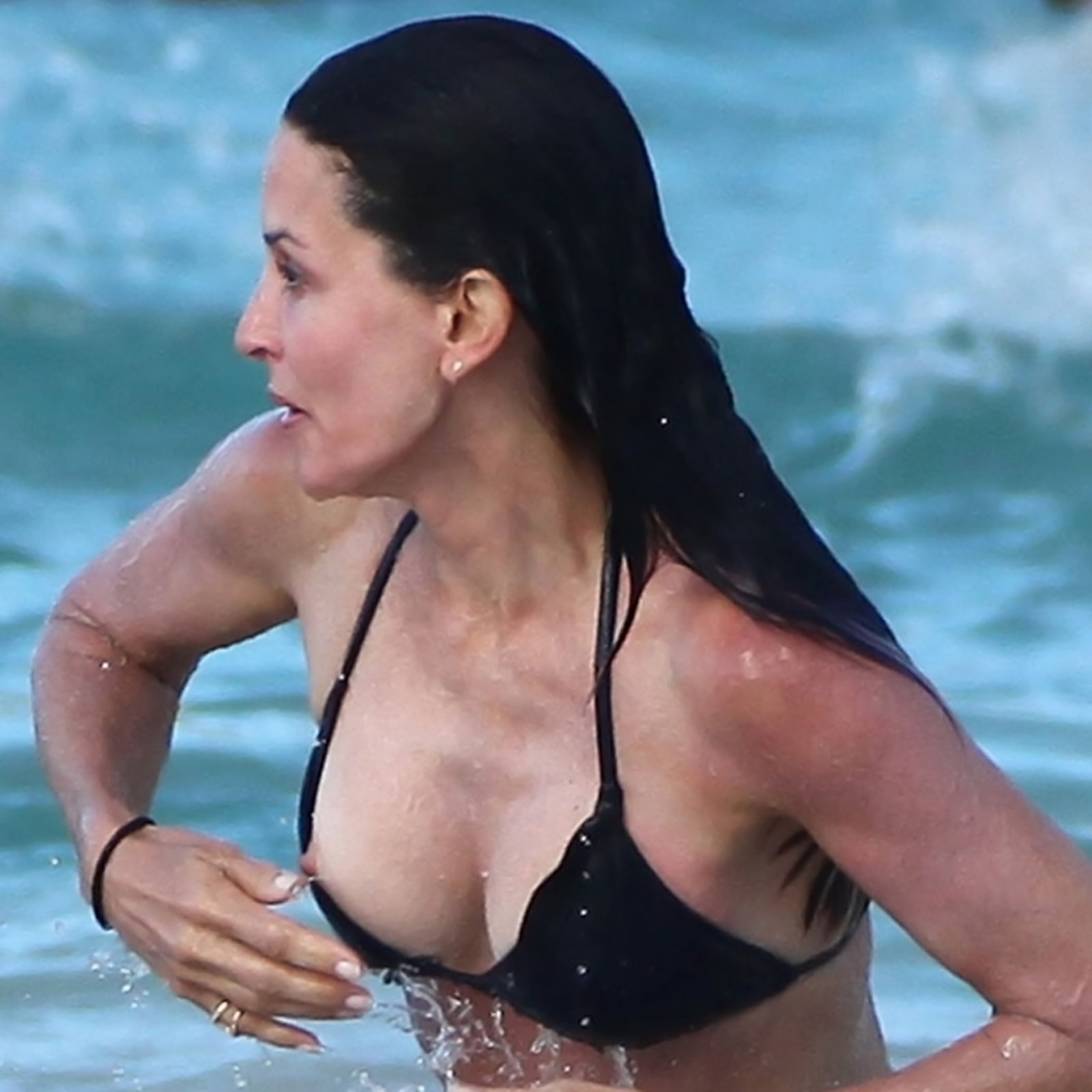 Courteney Cox Sexy Bikini Nip