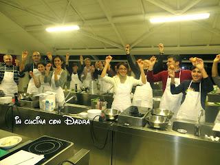 metti una lezione di cucina... con gara a squadre a colpi di mestolo e padelle ;-)