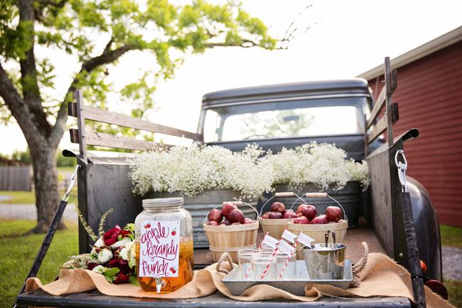 El maletero de una camioneta como buffet de manzanas y ponche