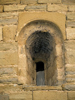Detall d'una de les finestres esqueixades de l'absis de l'església de Santa Eugènia de Berga