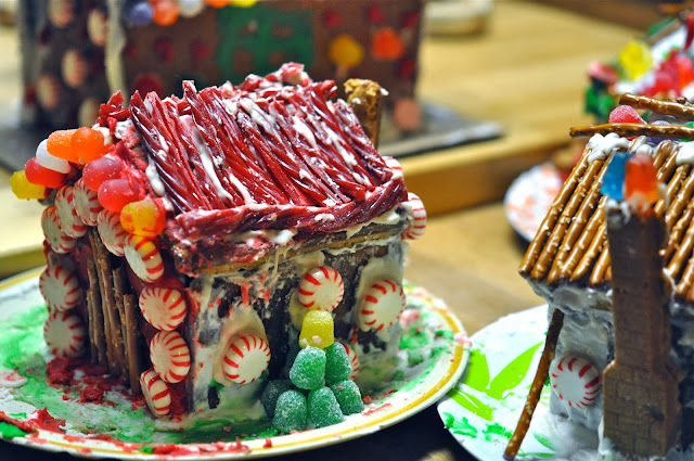 ginger bread house pictures, images of gingerbread house, homemade gingerbread house