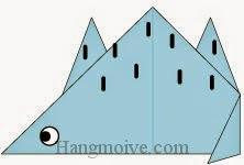 Bước 9: Vẽ mắt, vân để hoàn thành cách xếp con khủng long phiến sừng Stegosaur bằng giấy origami đơn giản.