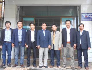 Chủ tịch Hội KTS Việt Nam, KTS Nguyễn Tấn Vạn chụp hình lưu niệm cùng các KTS công ty Hải Gia ngày 20-12-2012