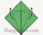 Bước 8: Gấp chéo hai cạnh của lớp giấy trên cùng lên trên. Làm tương tự với mặt đằng sau tờ giấy