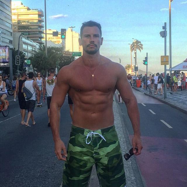 Personal trainer Breno Maia caminha pela orla da praia de Ipanema, no Rio. Foto: Arquivo pessoal