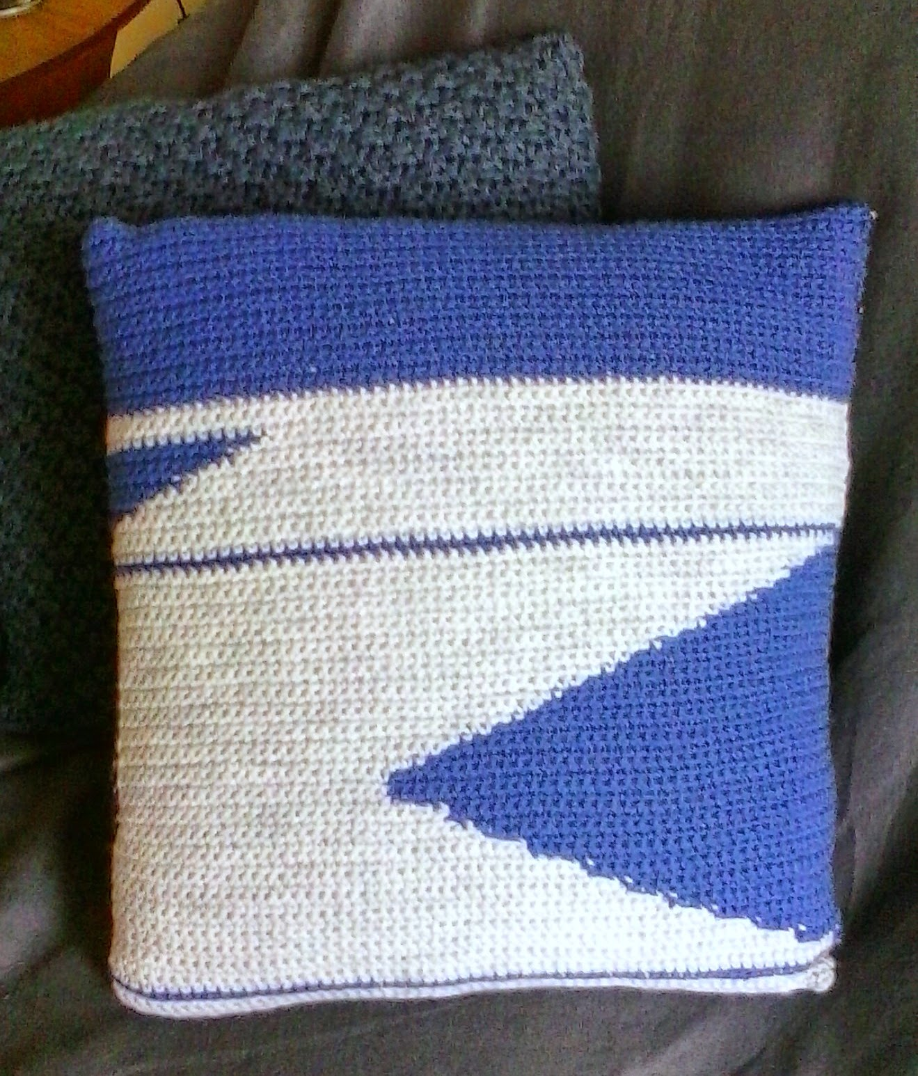 mademoiselle a coussin graphique au crochet bleu gris et tissu polka dot tuto. Black Bedroom Furniture Sets. Home Design Ideas