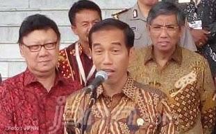 "Presiden Joko Widodo lagi-lagi mengobral janji. Janjinya yang akan mengeluarkan keputusan melantik atau tidak Komjen Pol Budi Gunawan sebagai Kapolri pekan ini diingkari. Bahkan Jumat (13/2/2015), di Istana Bogor mantan Gubernur DKI itu kembali membuat janji keputusan soal Kapolri, ""Secepatnya… secepatnya… secepatnya.""  Dikutip laman JPNN,  yang mengikuti konferensi pers, Jokowi terlihat santai saat mengeluarkan pernyataan ""secepatnya"". Mimik wajahnya pun tampak sambil meringis.  ""Pokoknya secepatnya,"" ujarnya lagi sambil setengah cengengesan.  Saat ditanya mengenai pengajuan enam nama baru calon Kapolri oleh Kompolnas, Jokowi mengaku hanya pertimbangan semata. Ia belum memastikan apakah itu berarti pelantikan Komjen Budi Gunawan dibatalkan atau tidak.  ""Prosesnya sebenarnya udah berjalan tapi saya akan sampaikan statement resminya secepatnya tapi belum saat ini.  Tadi saya katakan nanti secepatnya akan saya sampaikan,"" ulangnya.  Sempat disebut, presiden baru akan menyampaikan keputusan setelah menunggu proses sidang praperadilan. Komjen Budi terhadap KPK. Saat dikonfirmasi mengenai hal itu, ia tak menjawabnya secara pasti. ""Ya secepatnya. Bisa aja setelah ini saya ngomong lagi,"" kata presiden sambil tertawa. [*]"