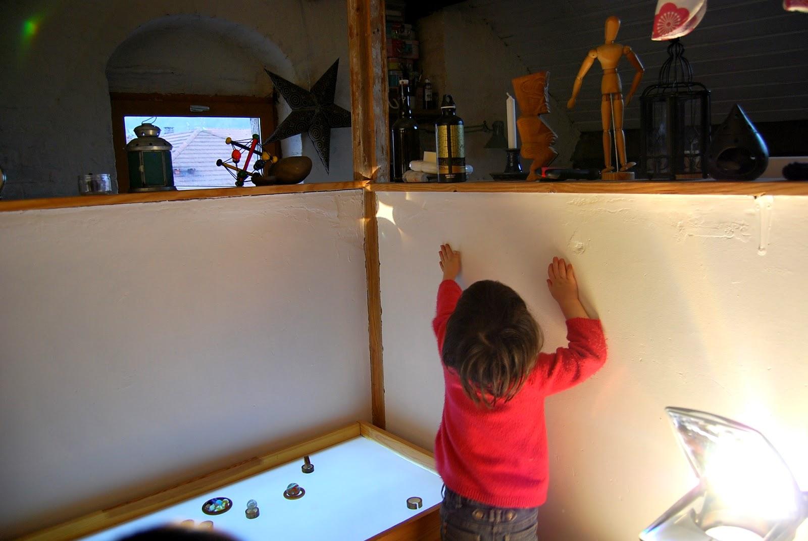 Merci qui merci montessori table lumineuse une - Table qui se replie contre le mur ...
