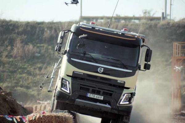 Menina de 4 anos dirigindo um enorme caminhão