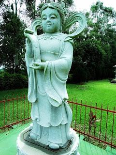 Estátua de monge de pedra segura grande chave nas mãos.