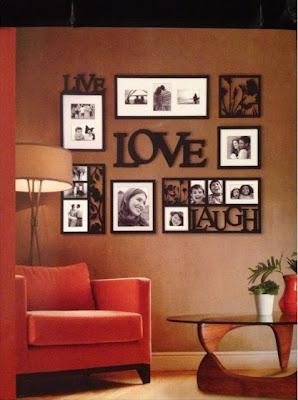 foto keluarga sebagai dekorasi ruang tamu