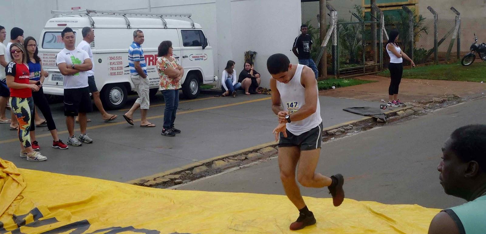 Foto 74 da 1ª Corrida Av. dos Coqueiros em Barretos-SP 14/04/2013 – Atletas cruzando a linha de chegada