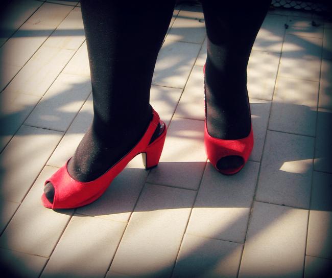 scarpe rosse a pianta larga con tacco medio