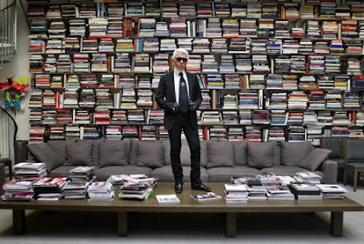 Lagerfeld+in+his+library.jpg