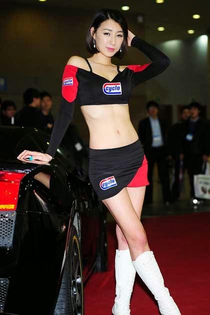 Người đẹp chân dài gợi cảm bên siêu xe