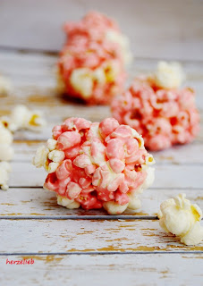 Rosa Marshmallow-Popcorn-Bälle mit Mandelsplittern, reine Lebensfreude