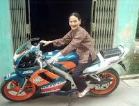 Cụ bà đi xe yamaha, Honda