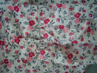 rote blümen shirt