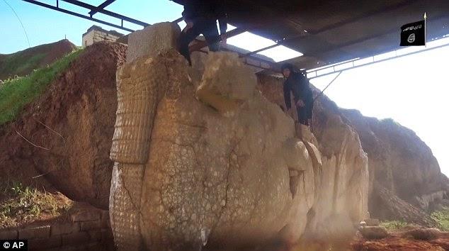 261DAE6400000578 2970270 image a 4 1424957244560 - El Estado Islámico destruye piezas históricas en un museo al norte de Irak