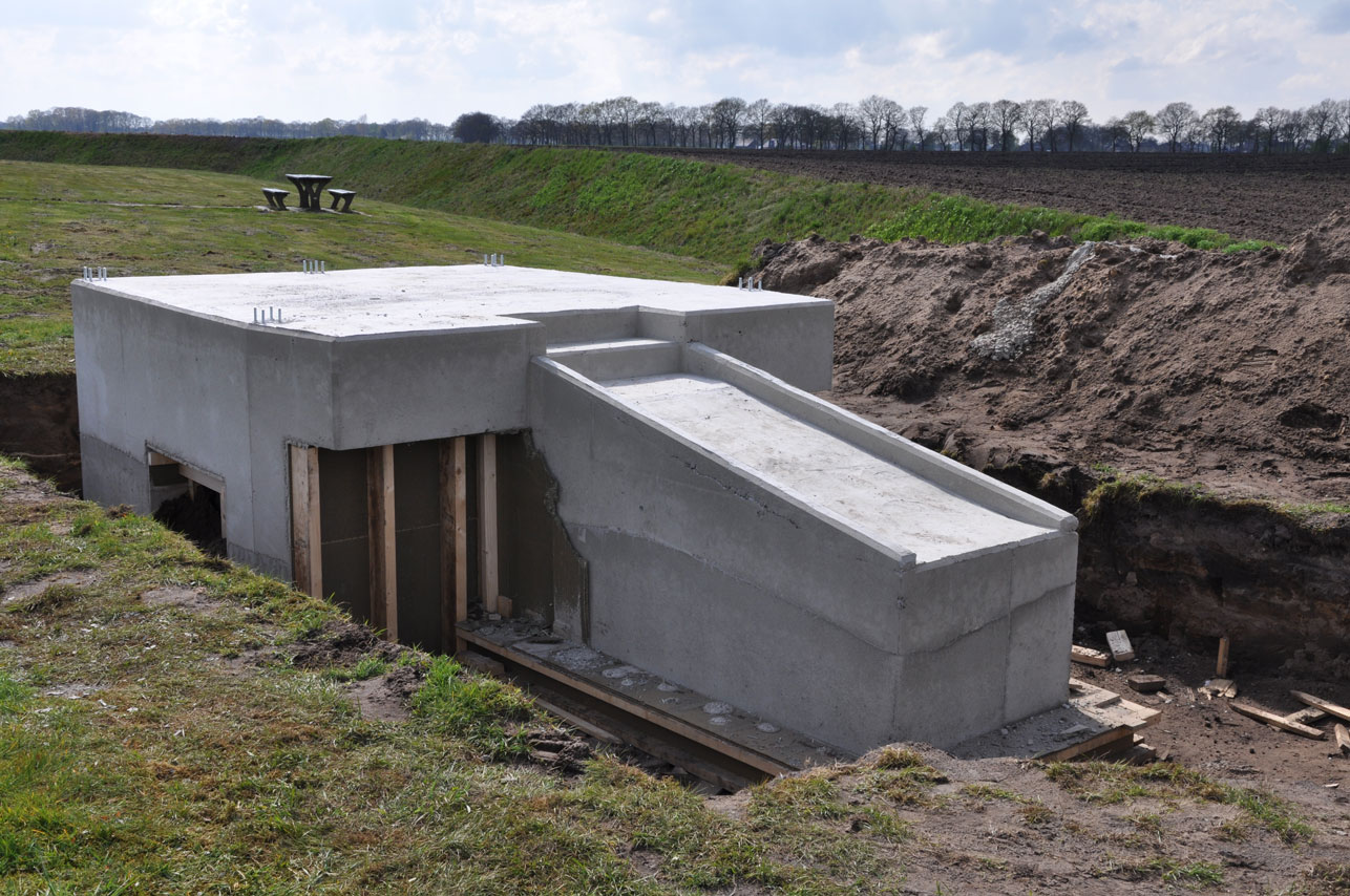 Concrete Underpinning For Sacks : Ronald van der meijs finishing the concrete foundation